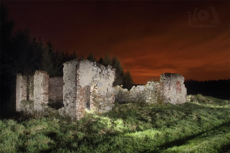 Ruiny v noci / Ruins at night