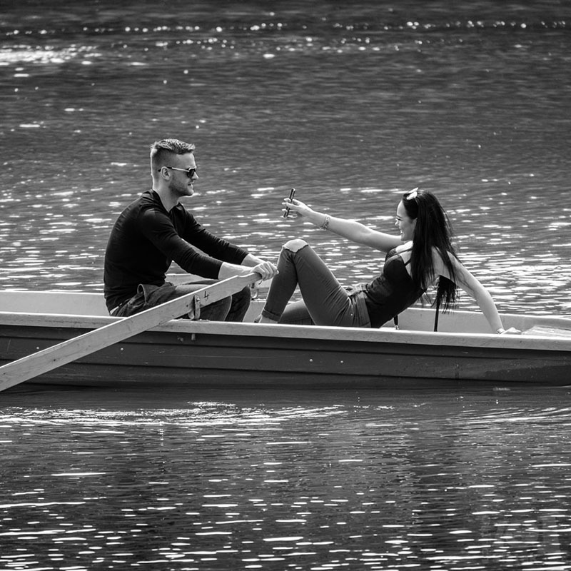 Dvojice v loďce / A couple on a boat