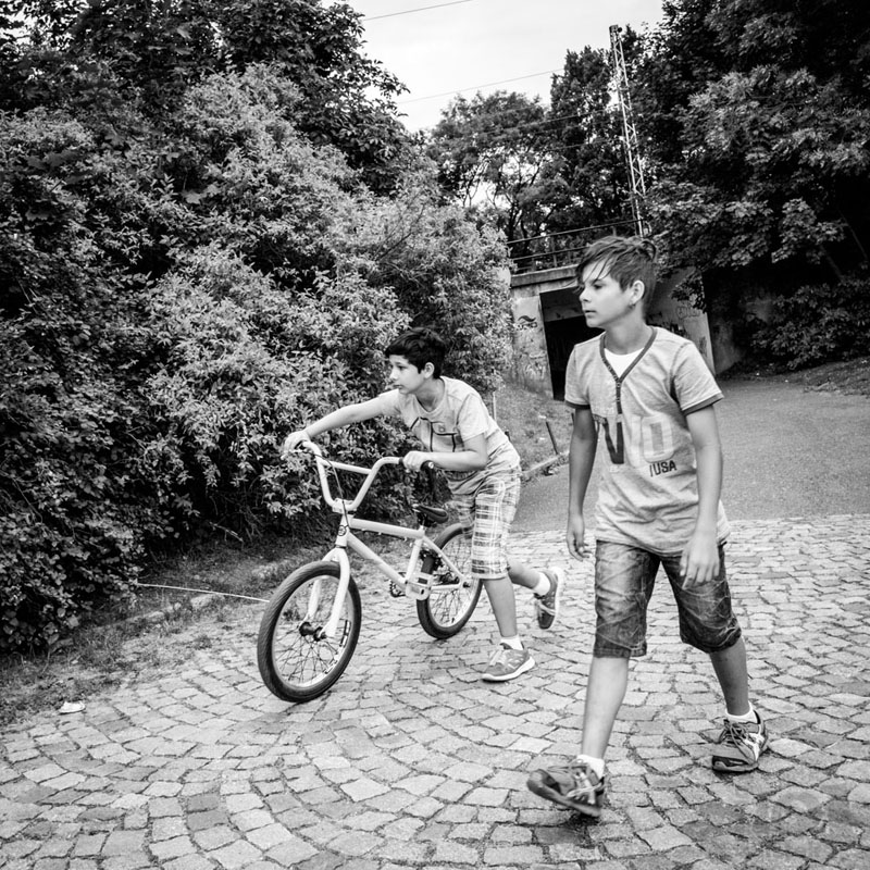 Dva chlapci s kolem / Two boys with a bicycle