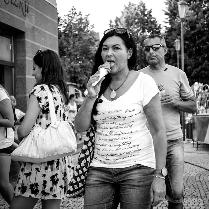 Žena se zmrzlinou / A woman with ice-cream