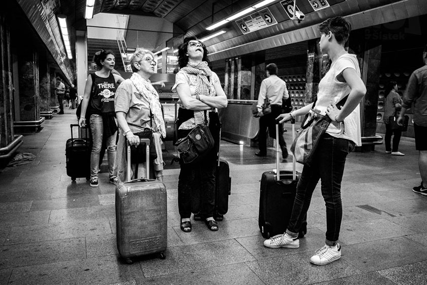 Cestovatelky ve stanici metra / Travelers in the subway station